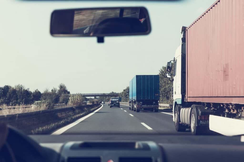 משאיות בזמן נהיגה