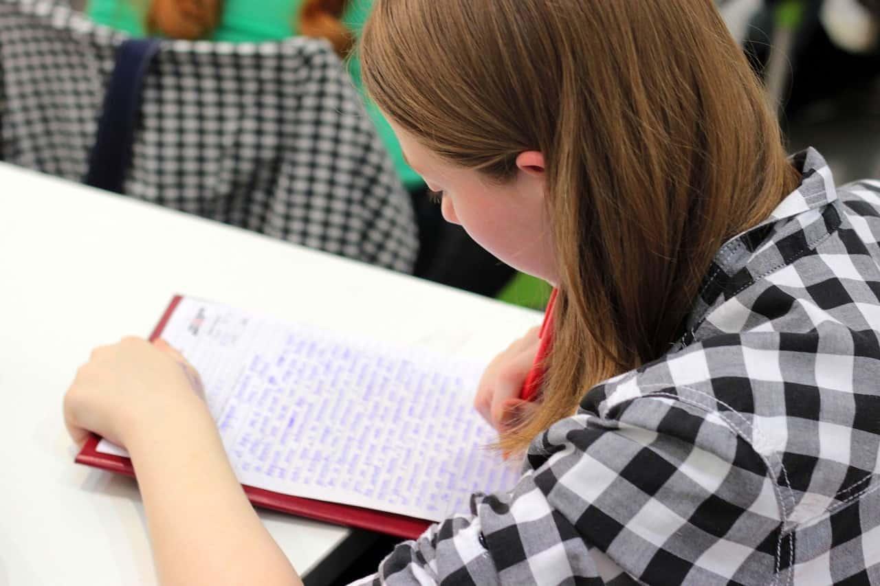 אישה לומדת