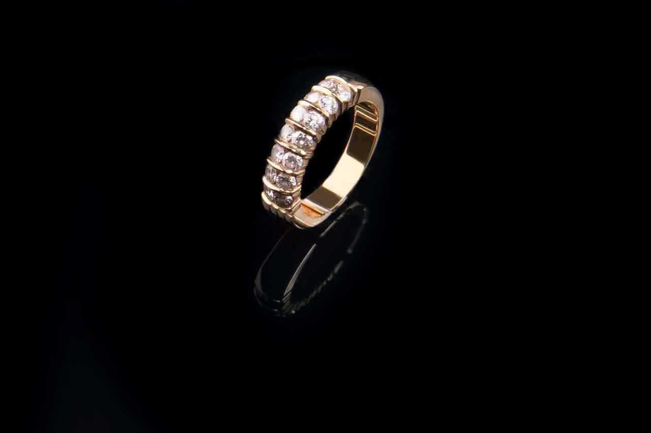 טבעת יהלום על רקע שחור