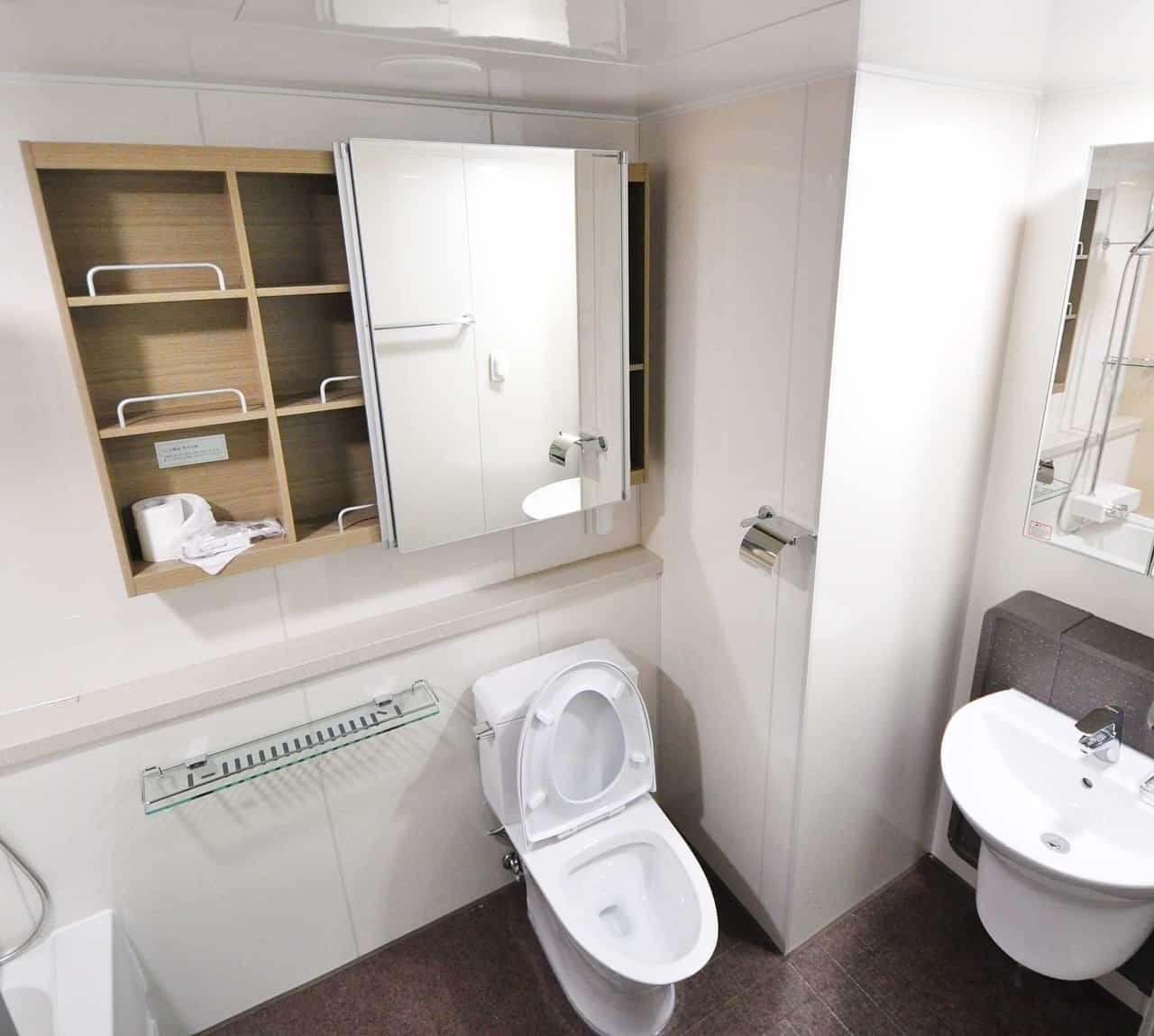 חדר אמבטיה עליון