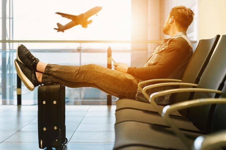 נוסע מחכה לטיסה