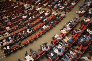 קהל יושב להרצאה