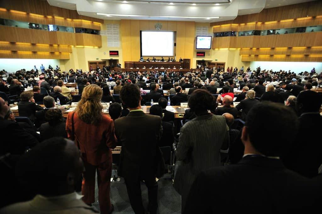 קהל אנשים מקשיב להרצאה