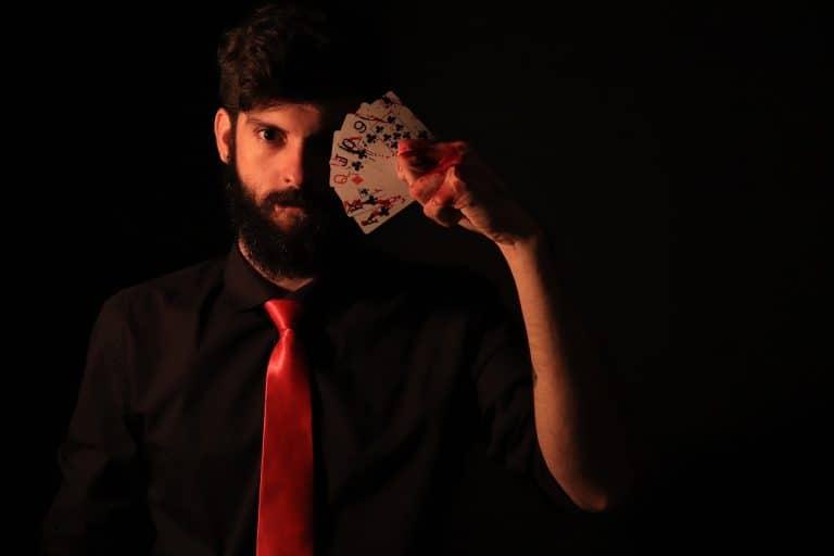 מנטליסט מחזיק קלפים