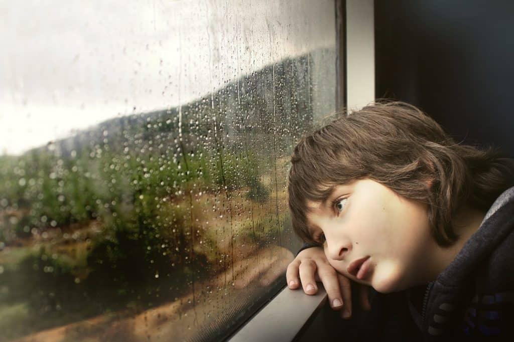ילד מסתכל החוצה מהאוטובוס