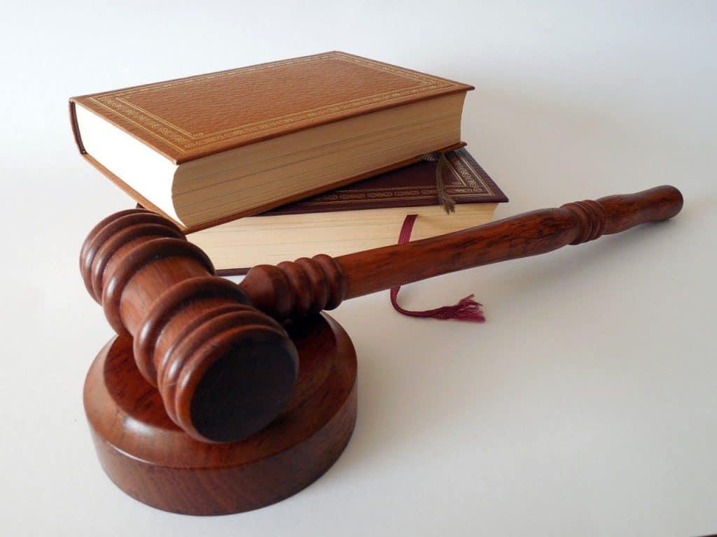 פטיש וספרים משפטיים חומים
