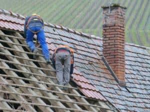 שני עובדים על גג